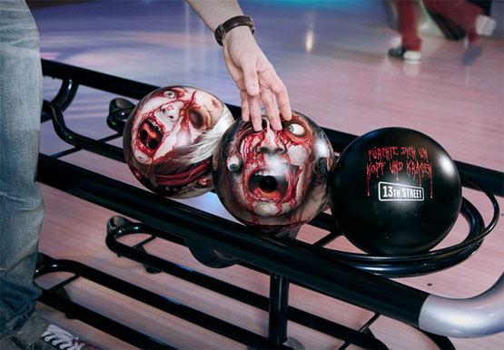 Шары для боулинга в качестве рекламы ТВ-канала.